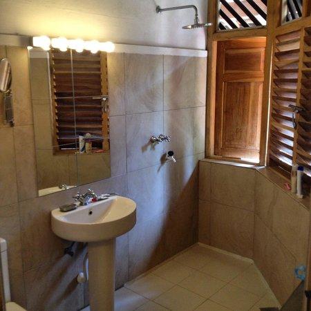 Stardust Beach Hotel : The bathroom