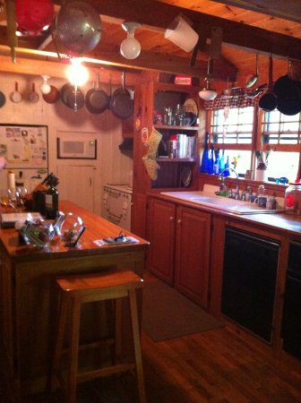 Henson Cove Place B&B: Another kitchen view