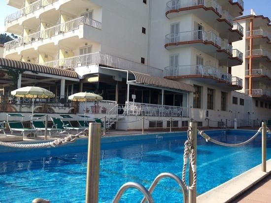 Pietra di Luna Hotel : Main pool area (with free WiFi) - good sized pool