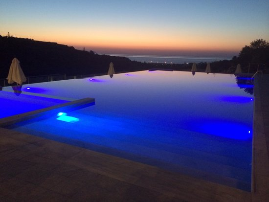Rimondi Grand Resort & Spa : Sunset view over the pool toward the sea