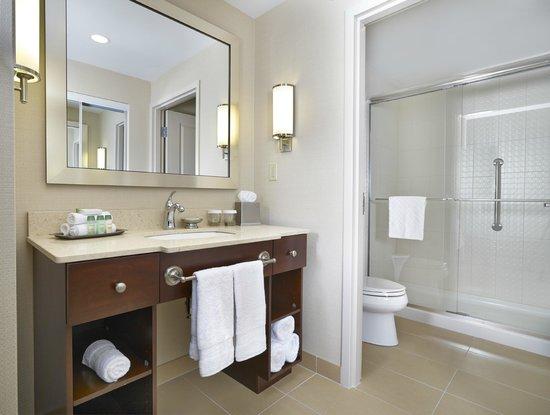 Homewood Suites by Hilton Halifax-Downtown, Nova Scotia, Canada: Bathroom