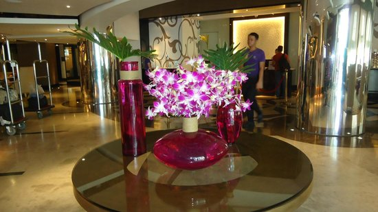 Quest Hotel and Conference Center - Cebu : Love the flowers and the vases.