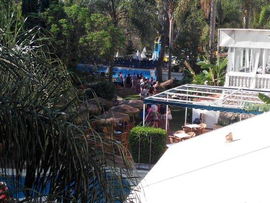 Hotel Roc Costa Park: Cola para coger hamaca, 9 am... abre a las 10