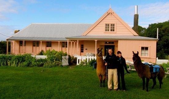 Kaikoura Llama Trekking: Posing outside the Fyffe House where we had our picnic