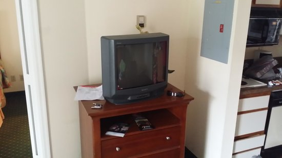 The Palms Hotel and Villas: Outdated tvs