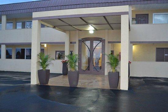 Wave Hotels: Hotel Entrance