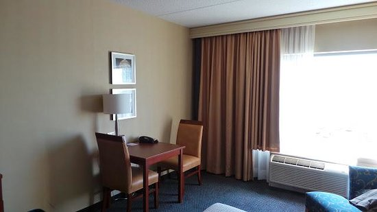 Fairfield Inn & Suites by Marriott Montreal Airport: Vue chambre