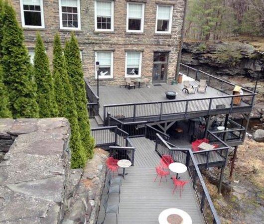 Ledges Hotel: Large Patio on the falls