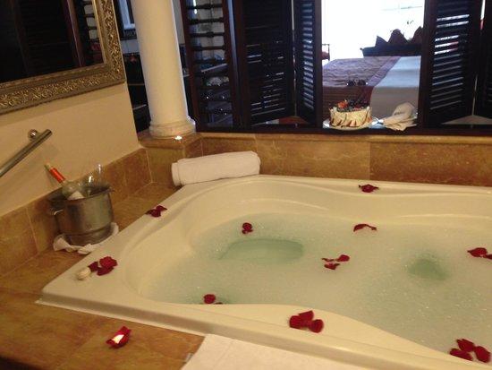 Paradisus Palma Real Golf & Spa Resort: Romantic Jacuzzi Tub