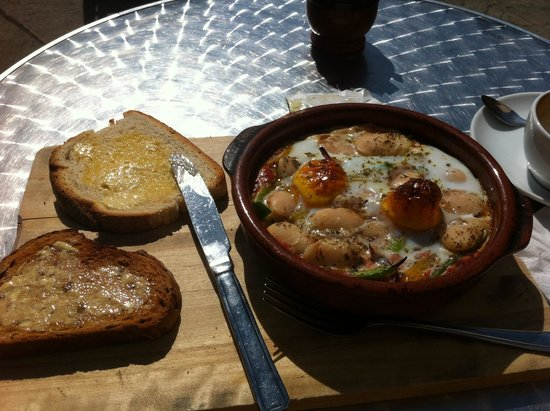 El Cafe: Spanish style breakfast in the sunshine :)