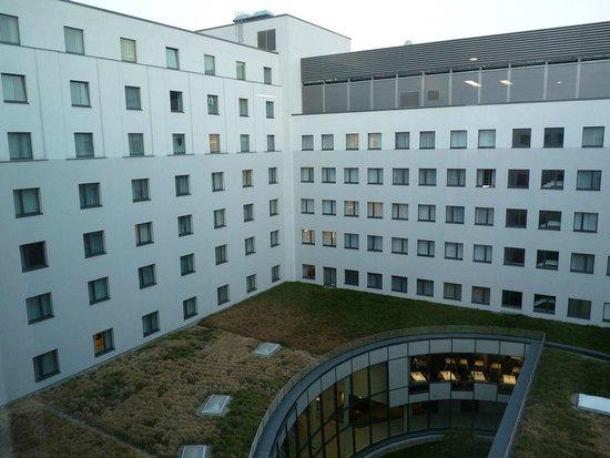 andel's by Vienna House Berlin: Zimmeraussicht in den Innenhof