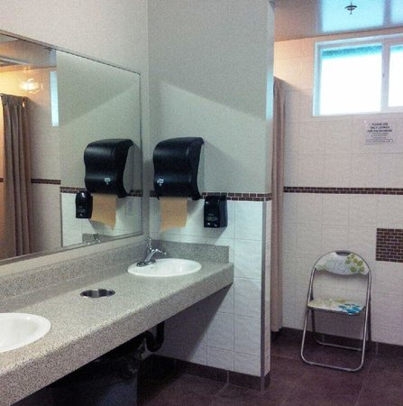 Eagle Wind RV Park: washroom