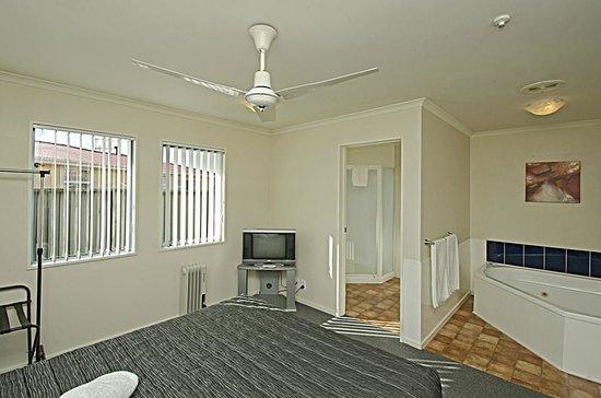 Gateway Motor Inn: Executive Suite - Bedroom