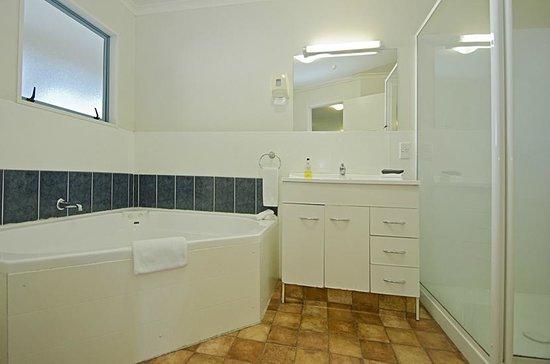 Gateway Motor Inn: 2 Bedroom unit - Bathroom