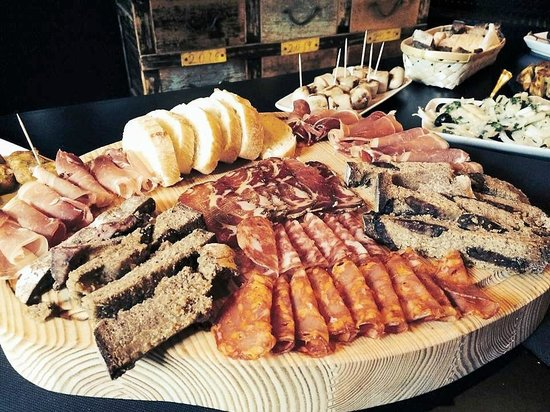 The Wine Box - Vinhos & Tapas: Huge platter of cured meat and cheese..