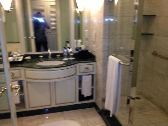 JW Marriott Hotel Surabaya: Bathroom on executive room