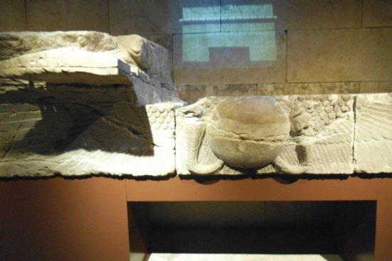 Templo de Debod : Interior, antiga fachada guardada no interior