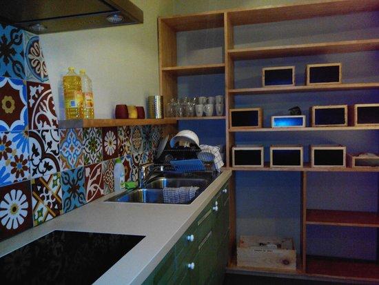 Hostel Uppelink: Uma parte da cozinha. Totalmente equipada e com palaca vitroceramica.