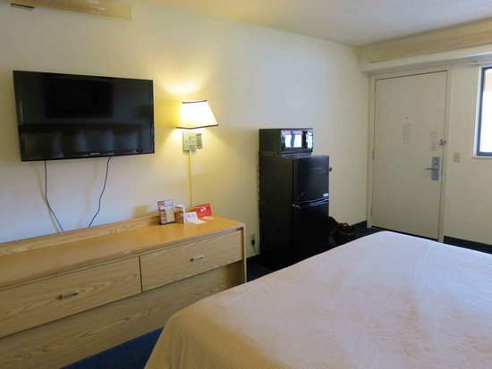 Red Roof Inn Chicago - O'Hare Airport: Room 241 with flat screen, large fridge and microwave