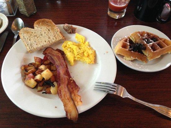 The Lakehouse Inn: Breakfast at Crosswinds