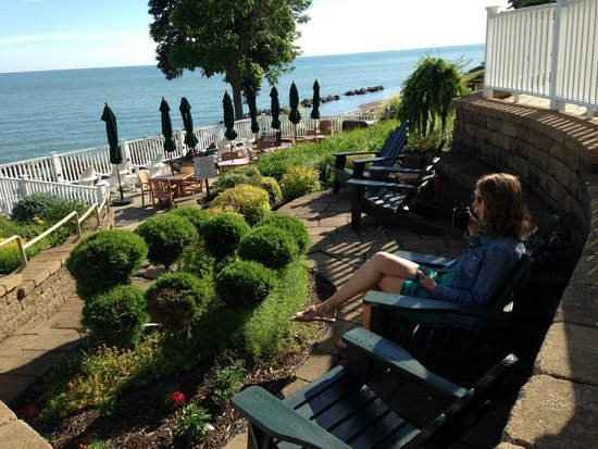 The Lakehouse Inn : Relaxing on the patio in rockers