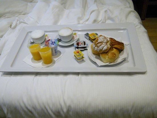 Hotel Roma Vaticano: Delicious Italian breakfast in bed