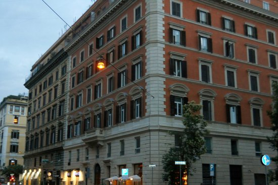 Hotel Roma Vaticano: Street view of the hotel