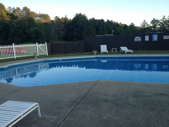 Commodores Inn: Half if the outdoor pool. Indoor great too with hot tub