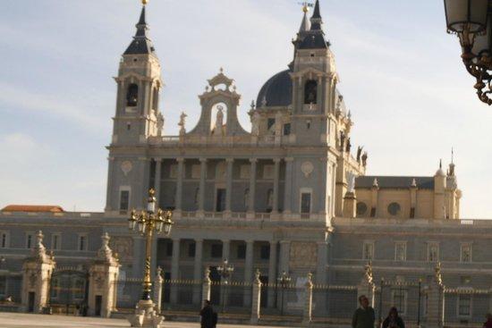 Catedral de Sta María la Real de la Almudena : Ao lado do Palácio Real