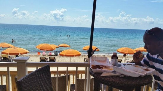 Sun Tower Hotel & Suites on the beach : Sand Bar grill on the beach at the hotel