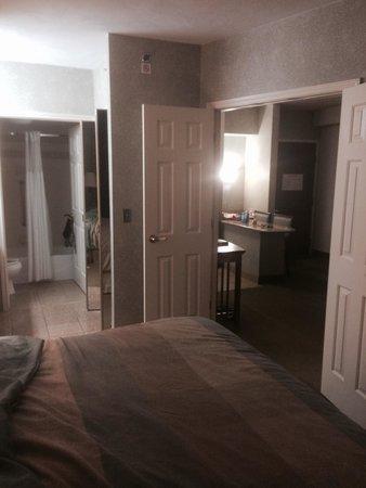 Staybridge Suites San Antonio - Airport : Bedroom/bathroom