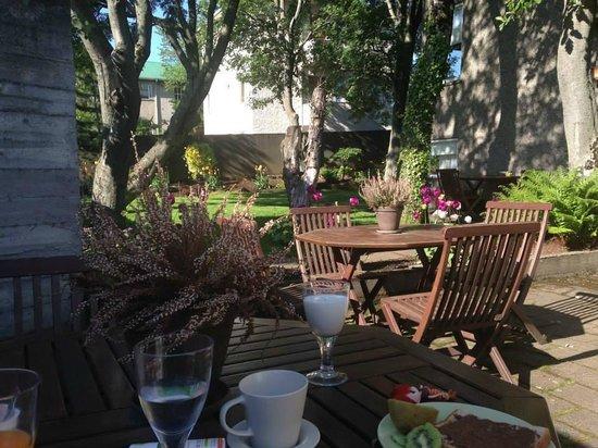 Snorri's Guesthouse: Garden to eat Breakfast in