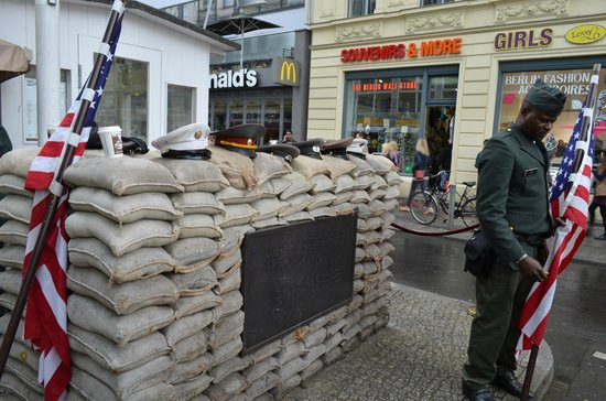 Mauermuseum - Museum Haus am Checkpoint Charlie: Check Point Charlie
