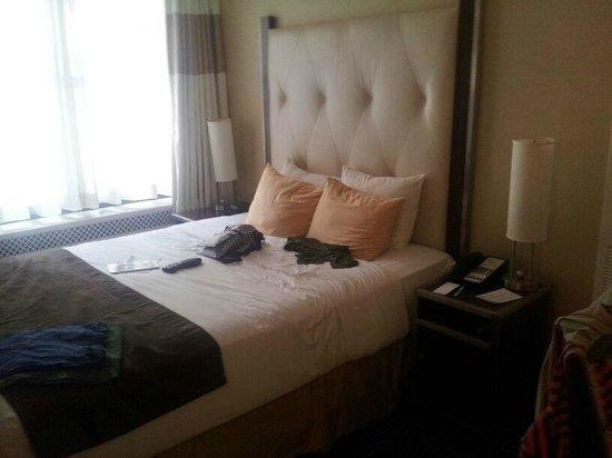 The New Yorker A Wyndham Hotel: Dormitorio pequeño y con muy mala vista