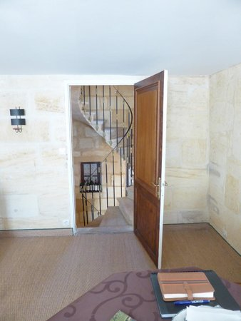 Les Logis du Roy: Out to the stairwell