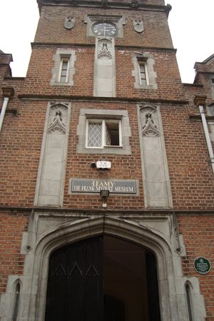 Frank McCourt Museum: Facing entrance