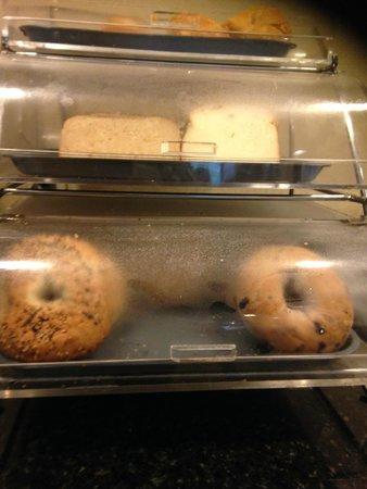 La Quinta Inn & Suites Baltimore South Glen Burnie: Bagels, breads