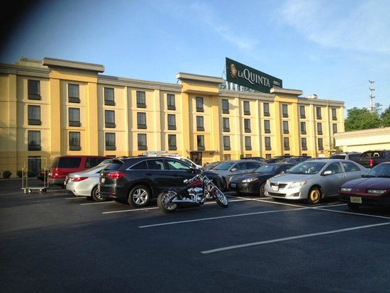 La Quinta Inn & Suites Baltimore South Glen Burnie: side of hotel
