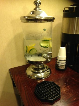 La Quinta Inn & Suites Baltimore South Glen Burnie: Lemon,cucumber water