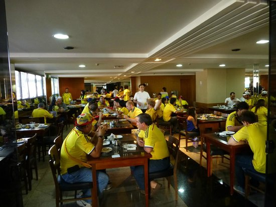 Esplanada Brasilia Hotel : breakfast room with colombian fans for World Cup match