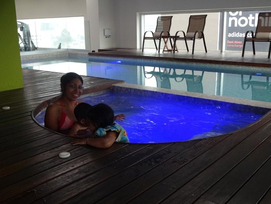 Hotel Novit : Mi familia en el Jacuzzi