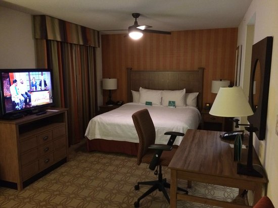 Homewood Suites by Hilton Atlanta Midtown : Bed and desk