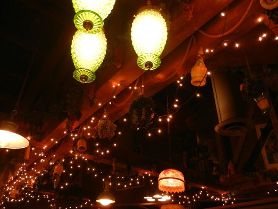 Mama Melrose's Ristorante Italiano: Lights and Ceiling at Mama's