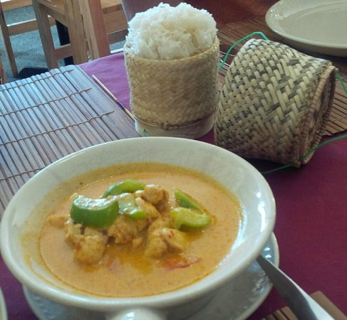 Thai Flame Restaurant : Pa Nang with steamed rice in an attractive basket