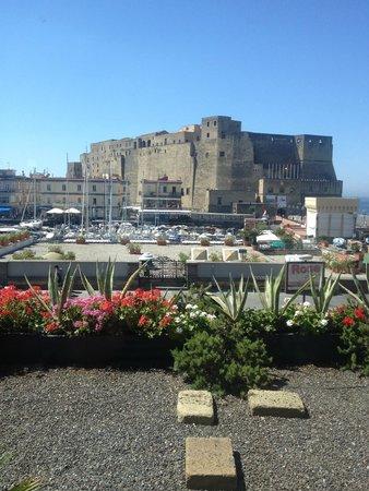 Grand Hotel Vesuvio: Naples view from breakfast room, amazing !!!