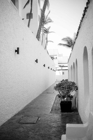 GR Caribe by Solaris: Alley leading to beach/pool area