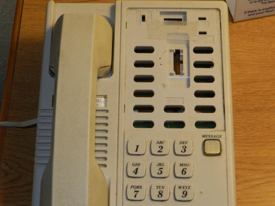 Days Inn Fremont: the inoperable phone in my room