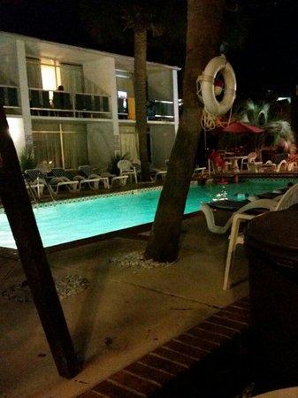 Holiday Shores Motel, Oceana Resorts : Courtyard at Night