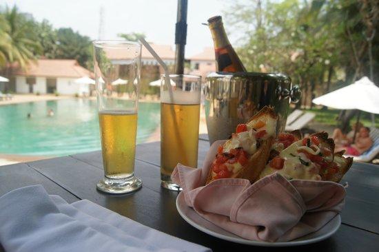 Lotus Blanc Resort: プールサイドでの軽食