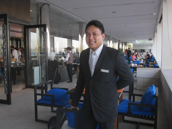 Ramada Plaza Bangkok Menam Riverside : Le chef des serveurs sur la terrasse où on prend les petits déjeuners